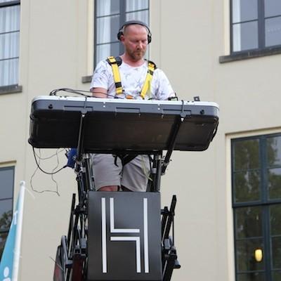 dj podium wagen met ladder en pioneer apparatuur
