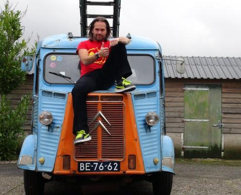 Franse Citroen H oldtimer met Boris op de motorkap