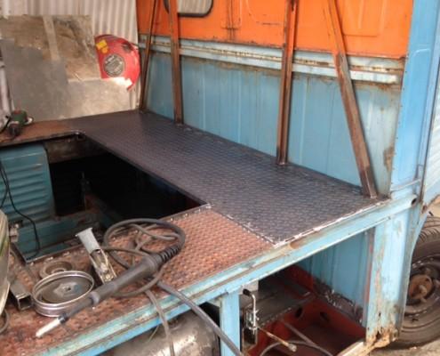 restauratie dj auto met lassen van bodemplaten
