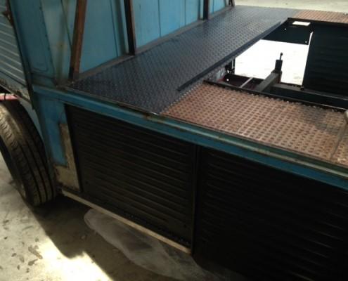 achtersteven van het blauwe dj busje met traanplaat